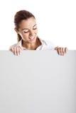 Femme retenant un panneau-réclame Photographie stock libre de droits