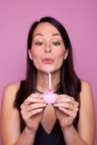 Femme retenant un petit gâteau d'anniversaire rose Image libre de droits