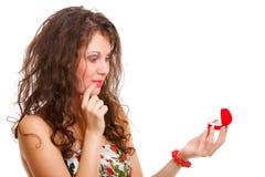 Femme retenant un présent avec la bague de fiançailles Image stock