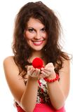 Femme retenant un présent avec la bague de fiançailles Photographie stock