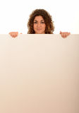 Femme retenant un signe blanc photo stock