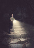 Femme retenant une bible rougeoyante dans la forêt Photographie stock libre de droits