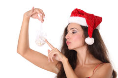 Femme retenant une bille de Noël Photo stock