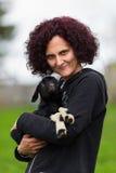 Femme retenant une chèvre de chéri Photo stock