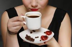 Femme retenant une cuvette de café Image libre de droits