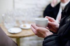 Femme retenant une cuvette de thé photo libre de droits