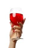 Femme retenant une glace de vin Photographie stock libre de droits