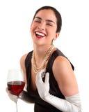 Femme retenant une glace de vin et de rire photos stock
