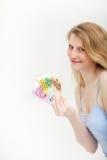 Femme retenant une poignée d'euro argent Image stock