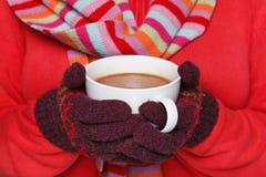 Femme retenant une tasse de chocolat chaud Image libre de droits