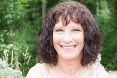 Femme retirée par aîné dehors heureuse et sourire Photo libre de droits