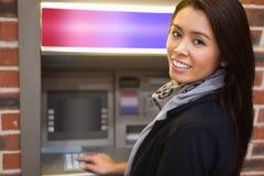 Femme retirant l'argent comptant images libres de droits