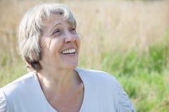 Femme riant à l'extérieur fort Photo libre de droits
