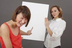 Femme riant au sujet de l'offre de ventes images libres de droits