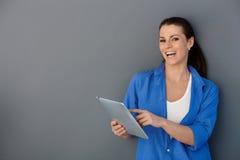 Femme riant avec la garniture d'écran tactile photographie stock libre de droits
