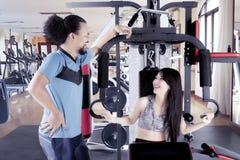 Femme riant avec son ami au centre de gymnase Photographie stock