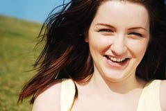 Femme riant dans le domaine Photographie stock