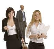 Femme riant nerveusement d'affaires avec des collègues Images libres de droits