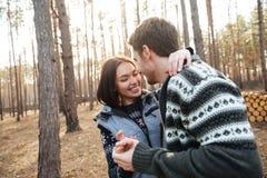 Femme riant tout en étreignant avec son homme Photos libres de droits