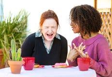 Femme riante écoutant l'ami Photo stock
