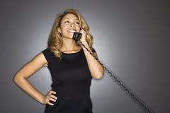 Femme riante au téléphone. Image libre de droits