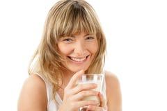 Femme riante avec la glace de lait Images stock