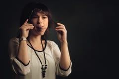 Femme riante avec la réflexion sérieuse Photo stock