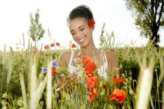 Femme riante avec le bouquet Image stock