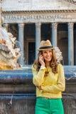 Femme riante causant au téléphone portable à la fontaine de Panthéon Image stock