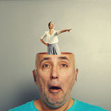 Femme riante dans la tête de l'homme supérieur Images stock