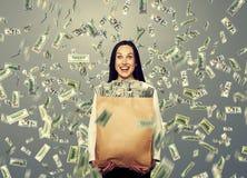 Femme riante enthousiaste tenant l'argent Photos stock