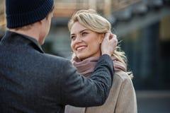 Femme riante regardant l'homme exprimant le bonheur Image stock