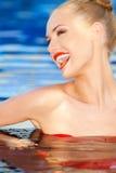 Femme riante vivace dans l'eau Photographie stock