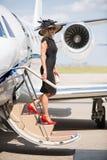 Femme riche débarquant Jet At Airport privée photos libres de droits