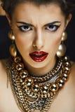 Femme riche de brune de beauté avec beaucoup de bijoux d'or, hispani photographie stock libre de droits