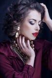 Femme riche de brune de beauté avec beaucoup de bijoux Photos stock