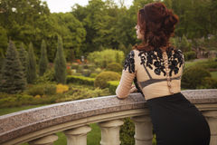 Femme riche de luxe de belle brune sexy se tenant sur un balcon Photos libres de droits