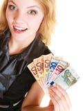 Femme riche montrant d'euro billets de banque d'argent de devise Photo libre de droits
