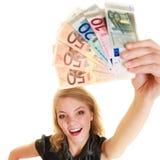 Femme riche montrant d'euro billets de banque d'argent de devise images libres de droits