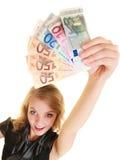 Femme riche montrant d'euro billets de banque d'argent de devise photographie stock