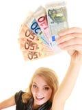 Femme riche montrant d'euro billets de banque d'argent de devise photo stock