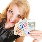 Femme riche montrant d'euro billets de banque d'argent de devise image stock