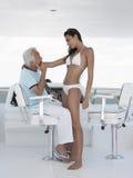 Femme Romancing avec l'homme à la barre du yacht Photographie stock