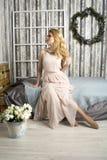 Femme romantique dans une longue robe Photos stock
