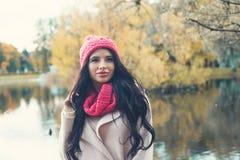 Femme romantique en parc de chute photographie stock