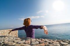 Femme rouge appréciant le soleil photographie stock libre de droits
