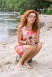 Femme rouge aux pieds nus de cheveux avec des escargots Photo libre de droits