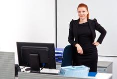 Femme rouge d'affaires de cheveux dans le bureau images stock