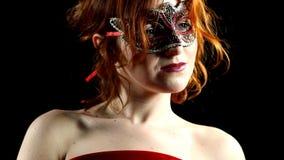 Femme rouge dans le regard de masque à la lumière banque de vidéos