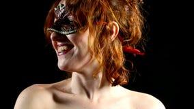 Femme rouge dans le sourire de masque - émotions banque de vidéos